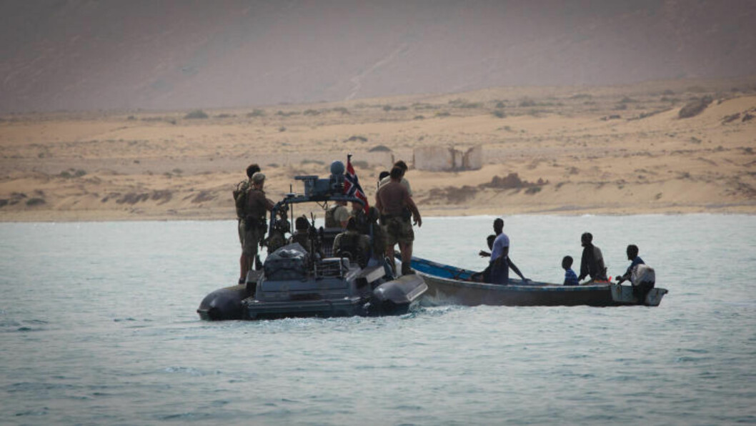 <strong>NORSKE SPESIALSOLDATER:</strong>Norsk spesialsoldater jakter etter pirater langs kysten til Somalia. Her snakker de med lokale somaliere.  Foto: Forsvaret / NTB scanpix