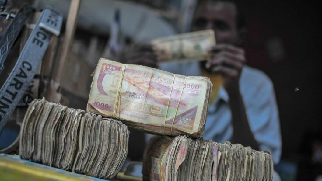 <strong>TJENER STORE PENGER:</strong> Det har blitt utbetalt store milliardbeløp i løsepenger som følge av piratvirksomheten utenfor kysten av Somalia. Her er store bunker penger fotografert i hovedstaden Mogadishu for noen dager siden. Illustrasjonsfoto: EPA/AU-UN/NTB Scanpix