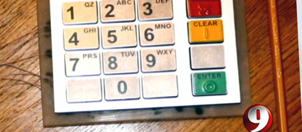 <B>NY SVINDELMETODE:</B> Dette er et eksempel på et falsk nummertastatur som legges på toppen av et tastaturet i en vanlig minibank. Innretningen registrerer hvilke taster bankkunden trykker på. Foto: 9 News Now/ WUSA9