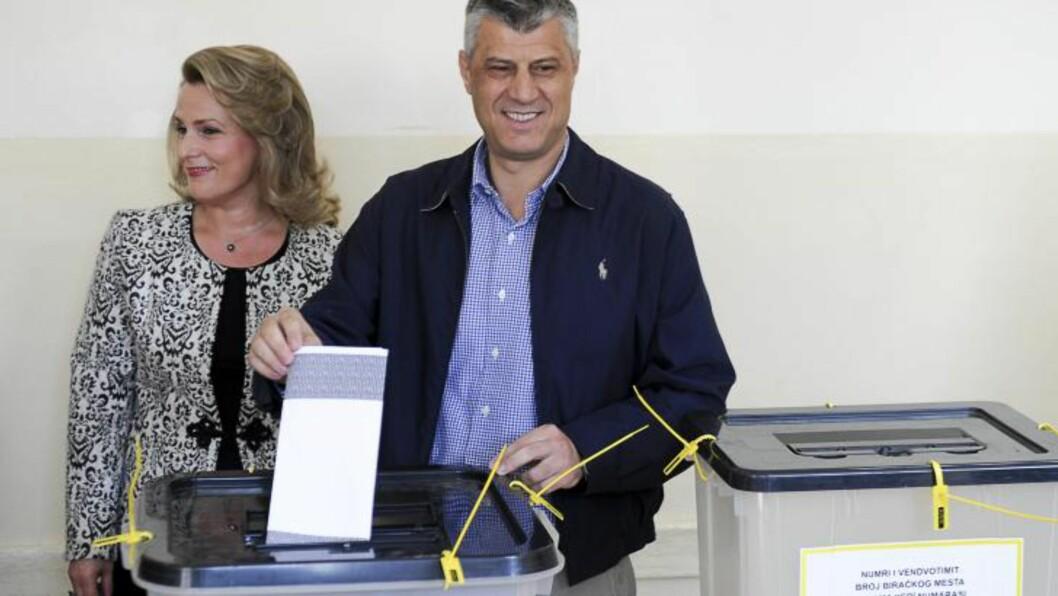 <strong>HISTORIE:</strong> Statsminister i Kosovo Hashim Thaci gir sin stemme i det historiske lokalvalget, sammen med sin kone Lumnije Thaci. Den serbise minoriteten som bor i nord, aksepterer ikke regjeringen i Pristina, og er ventet å boikotte valget. De første rapportene tyder på at valgdeltakelsen har vært svært lav. AFP PHOTO / ARMEND NIMANI