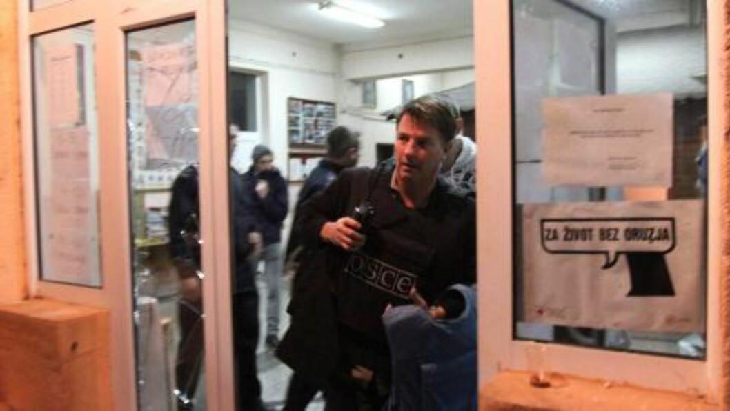 <strong>FLYKTET:</strong> Valgfunksjonærer og observatører fra Organisasjonen for sikkerhet og samarbeid i Europa måtte flykte da ukjene personer gikk til angrep på et valglokale i den etningsk delte byen Mitrovica. Foto: Foto: DJORDJE SAVIC / EPA