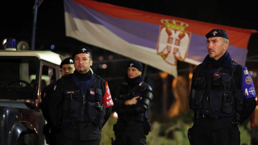 """<strong>SATTE INN KFOR:</strong> Italienske """"Carabinieri"""", del av NATOs kosovostyrke (KFOR), rykket inn og sikret en bro i den nordlige delen av byen Mitrovica, etter at maskerte menn angrep et valglokale med tåregass og knuste valgurner før de ble stanset. Foto: Foto: Marko Djurica / REUTERS"""