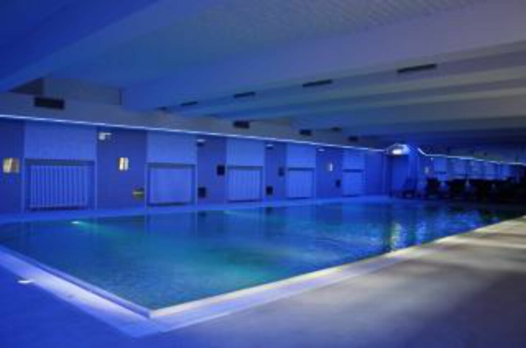 BERLIN: Plus Hostel i Berlin har romslig svømmebasseng. Foto: PLUS HOSTELS