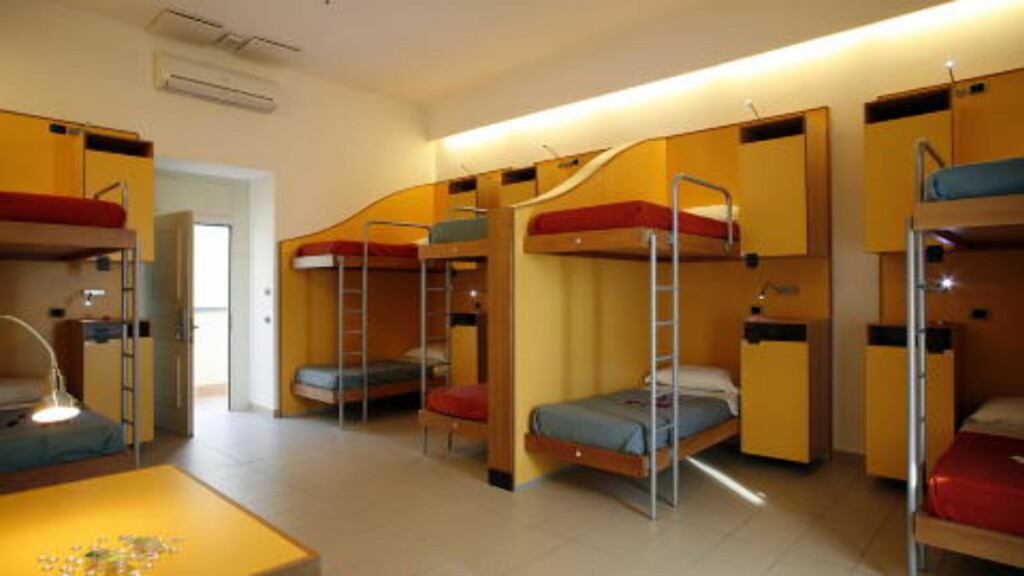 SOV MED STIL:Bedre senger, sengetøy inkludert og stilfull innredning, slik er den nye trenden. Foto: SEVEN HOSTEL