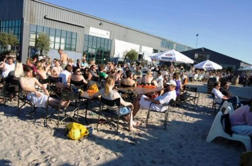 Nyt en lunsj i solen med tærne i sanden på Dockens ved Kalkbrænderihavn. Foto: Docken