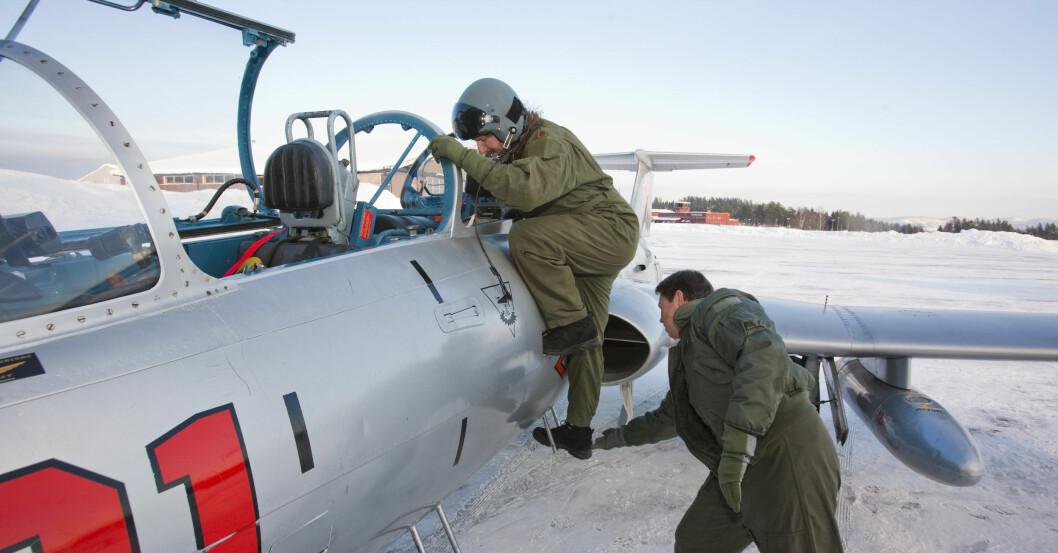 Her får DinSide-journalist Jogrim Aabakken hjelp opp i cockpit før jagerflyturen. Foto: Per Ervland