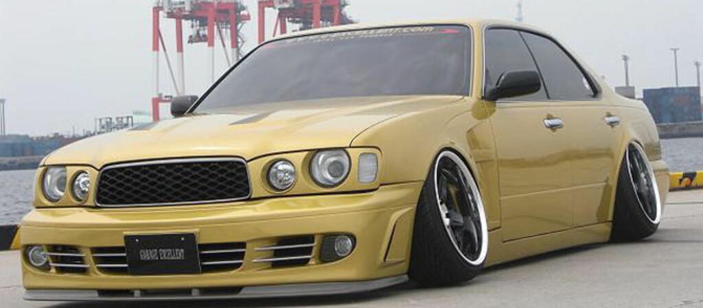 <B>NESTEN PÅ FELGEN:</B> Vanligvis ville slike skråstilte hjul vært forbundet med en eller annen form for ulykke. I Japan er det kultur. Bilkultur.