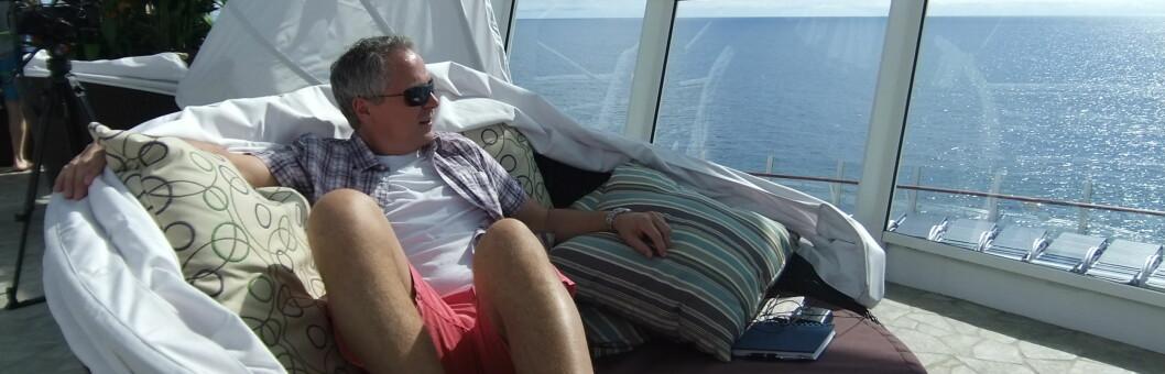 Lars Bull oppdager at det går an å være i fred ombord - selv om du deler skipet med 6.400 passasjerer. Foto: Ole Thomas Halvorsen