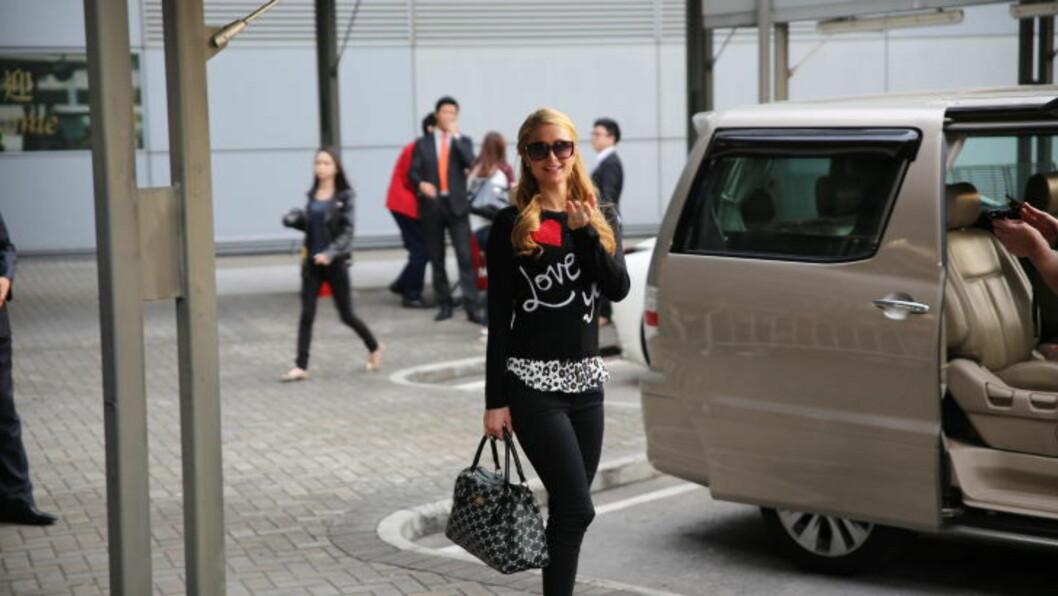 <strong>HONG KONG-HILTON:</strong> En slengkyssende Paris Hilton fulgte bare minutter etter at Ylvis hadde forlatt Hong Kong International Airport onsdag morgen. Genseren hadde hun hadde valgt for anledningen tyder også på at hun ikke er redd for å vise følelser. Foto: Jonas Pettersen