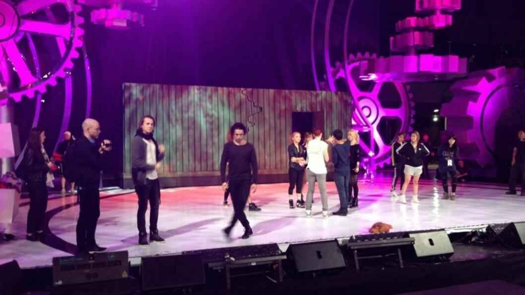 <strong>DRILLER DANSETRINN:</strong> Ylvis har brukt dagen på å øve til fredags opptreden på Asias største musikkshow.