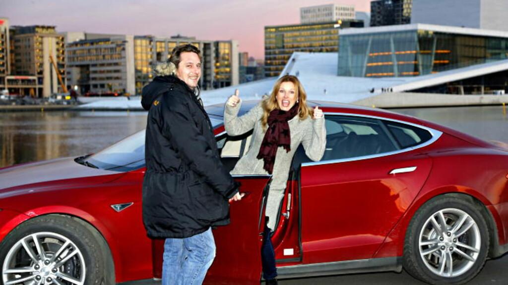HELFRELST JURY: Juryleder Espen Stensrud og jurymedlem Hilde Schjerve var ikke i tvil, det måtte bli Tesla Model S. Foto: Jacques Hvistendah