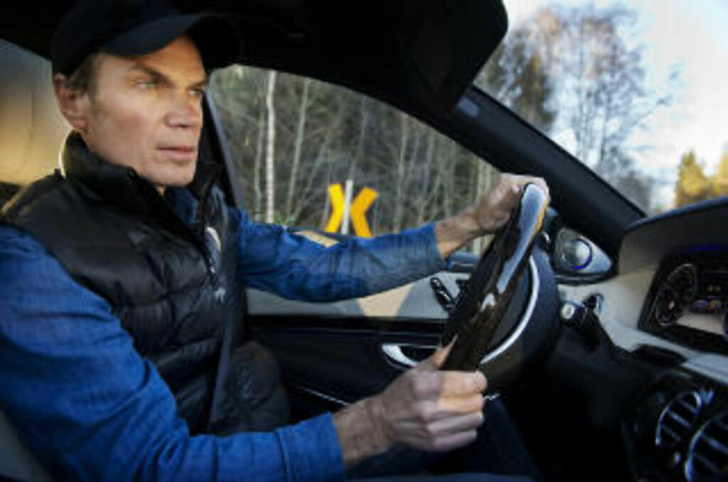 JURYMEDLEM I ARBEID: Jurymeldem Bård Eker testet samtlige finalebiler, og lot seg imponere av finalens tre helelektriske innslag. Foto: Benjamin A. Ward