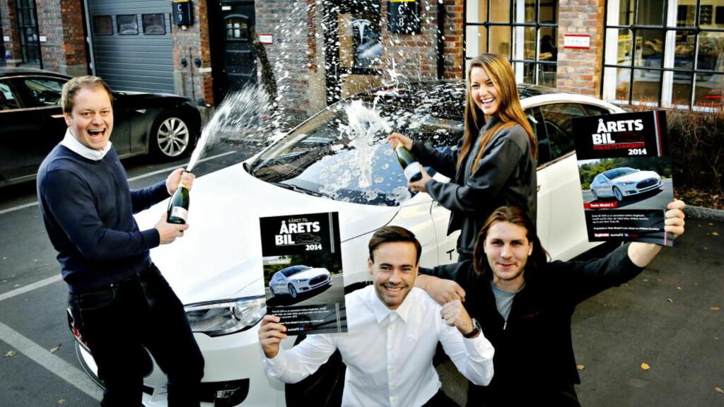 VANT ALT:  Tesla Model S gjorde storeslem i Årets Bil-kåringen. Den helelektriske nyvinningen  ble både lesernes favoritt og vant juryens gunst. Det jubler butikksjef Kjell-Arne Wold (f.v.) og selgerne Aksel Tangen, Viktor Leversen og Laila Tekia i butikken på Schøyen for.  Foto: Jacques Hvistendahl