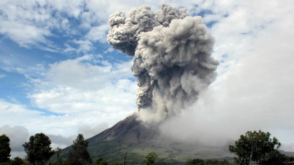 UTBRUDD: Sinabung-vulkanen har i dag hattet stort utbrudd og 15 000 mennesker blir nå evakuert.  Foto: Dedy Zulkifli / AP /Scanpix