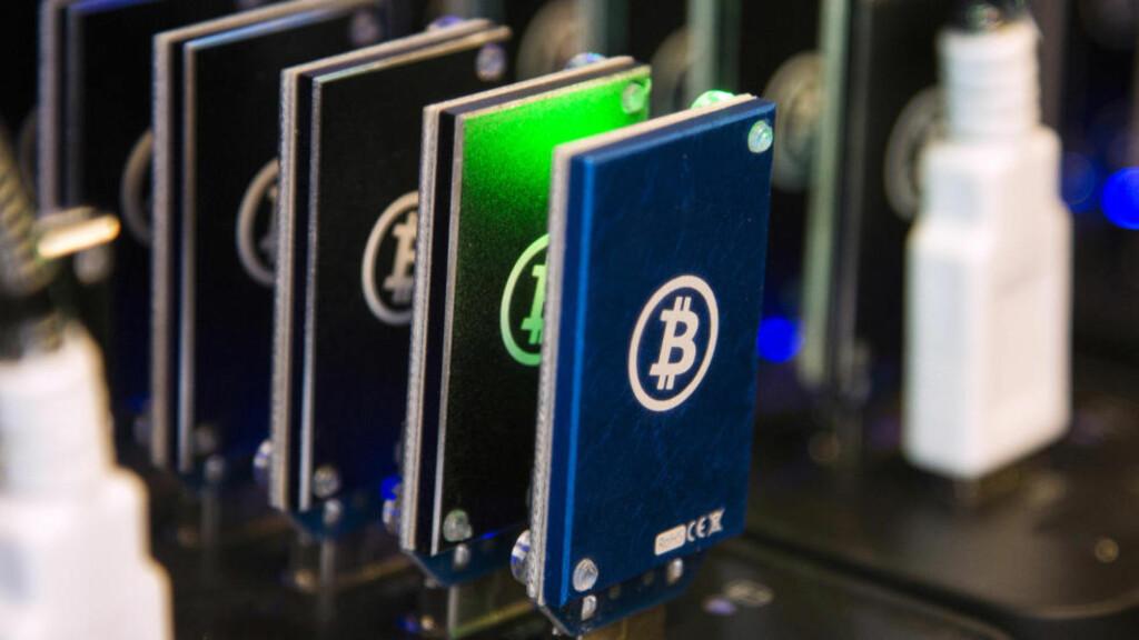 BITCOIN-UTSTYR:  Her ser du en kjede av Bitcoin-blokkere avbildet på Plug and Play-Tech Senter i Sunnyvale, California - 28.oktober i år. Foto: NTB Scanpix / Reuters.
