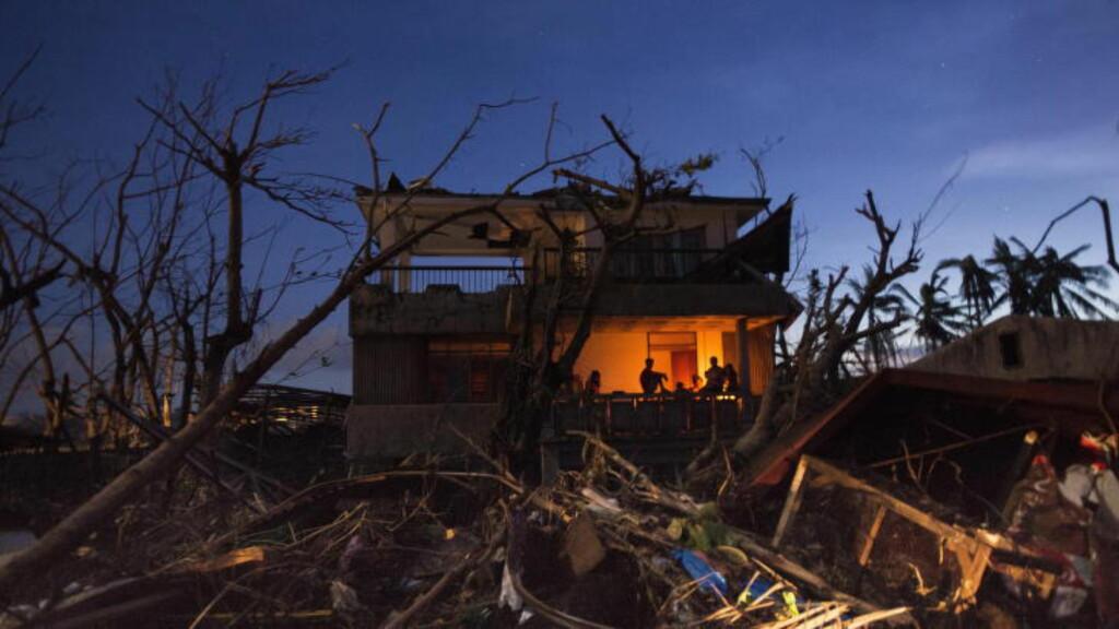 HARDT RAMMET:  Tyfonkatastrofen på Filippinene. Byen Tacloban ble hardest rammet. All strøm er borte i byen, her har beboere i et rasert hus tatt i bruk stearinlys. Foto: John T. Pedersen / Dagbladet