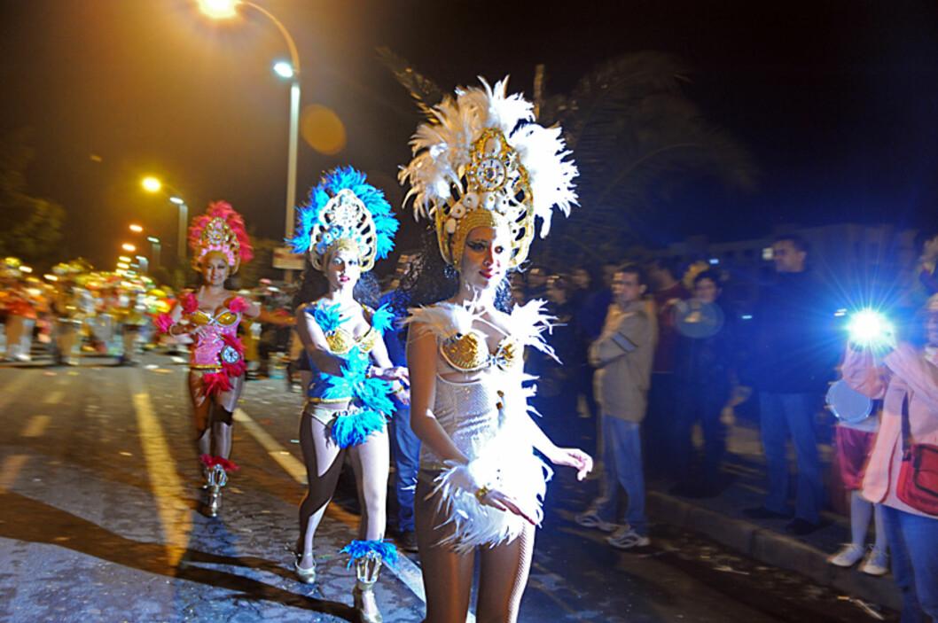 Karnevalet i Arrecife trekker folk i hopetall. Disse damene har nok planlagt kveldens kostymer for lenge siden. Foto: Hans Kristian Krogh-Hanssen