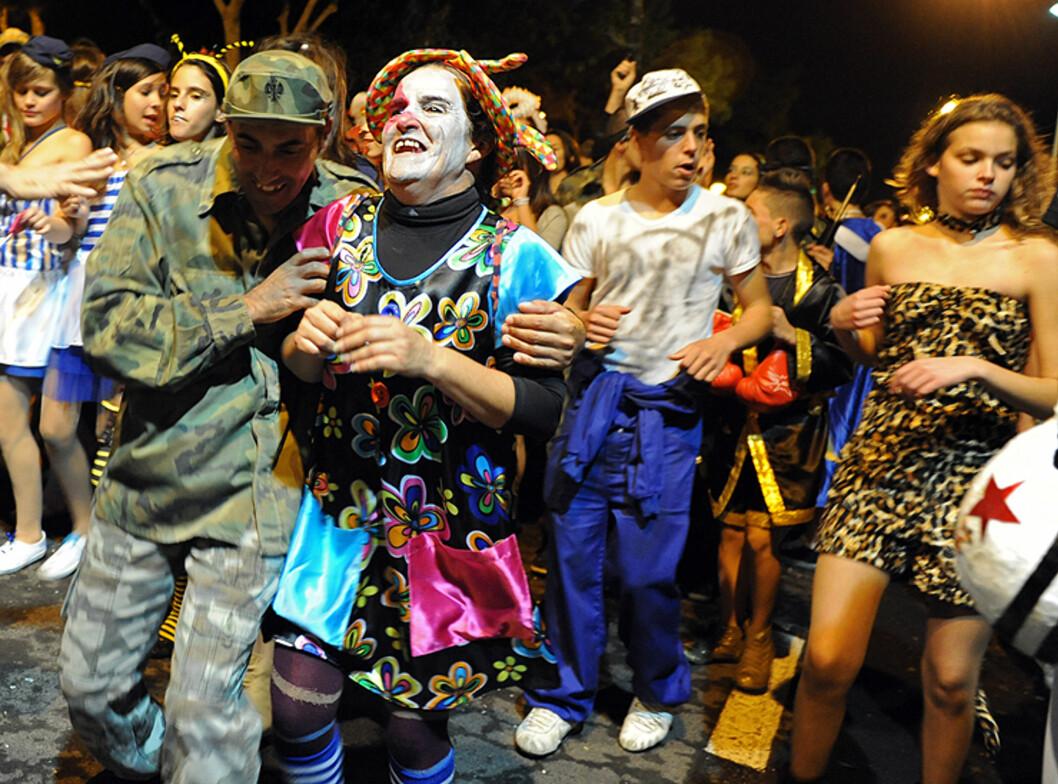 Alle er med på karnevalet på Lanzarote. Her har en bestefar kledd seg ut som klovn. Foto: Hans Kristian Krogh-Hanssen