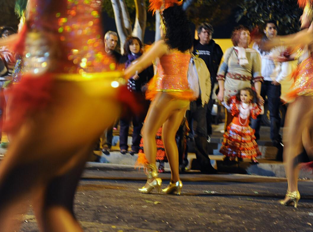 Det er mye hud i karnevalsopptoget, som seg hør og bør. Foto: Hans Kristian Krogh-Hanssen