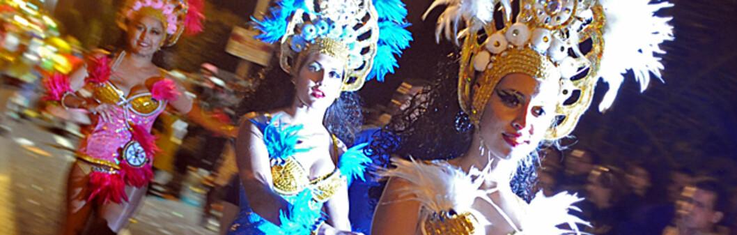 Lite klær og mye fjær for disse karnevalsdamene. Foto: Hans Kristian Krogh-Hanssen