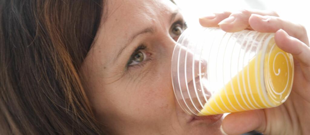 - Tannemaljen tåler ikke stadige syreangrep, og stadig smådrikking er verst, sier lege. Foto: Colourbox.com