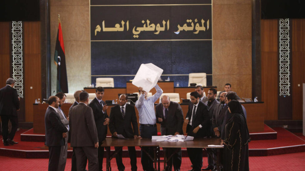 INNFØRER SHARIA:  Her telles stemmene opp. Libyas nasjonalråd har vedtatt å la sharia ligge til grunn for landets lover. Foto: Ismail Zitouny /REUTERS /NTB Scanpix