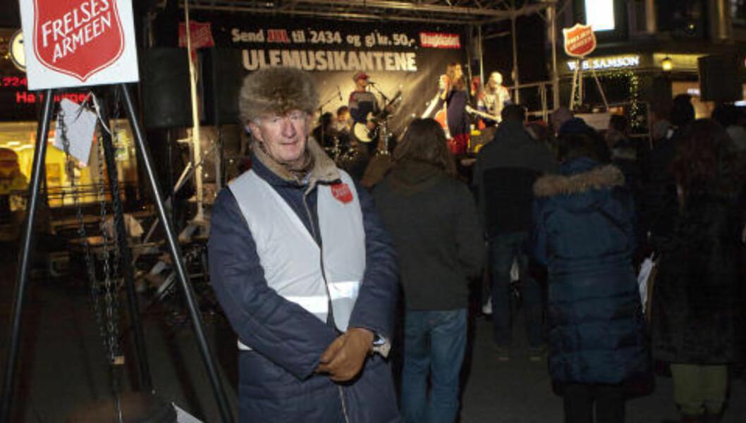 <strong>EGERTORGET:</strong> Cocktail Slippers spiller mens Terje Hansen fra Frimurerlosjen i Oslo står vakt ved julegruta. Foto: Anders Grønneberg