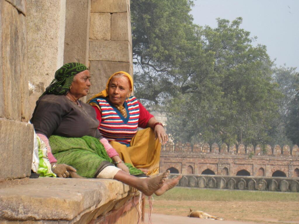 Disse to damene slår av en prat ved Ali Isa Khan Niazis gravkammer, som ligger inne i samme parkanlegg som Humayuns gravkammer. Foto: Stine Okkelmo