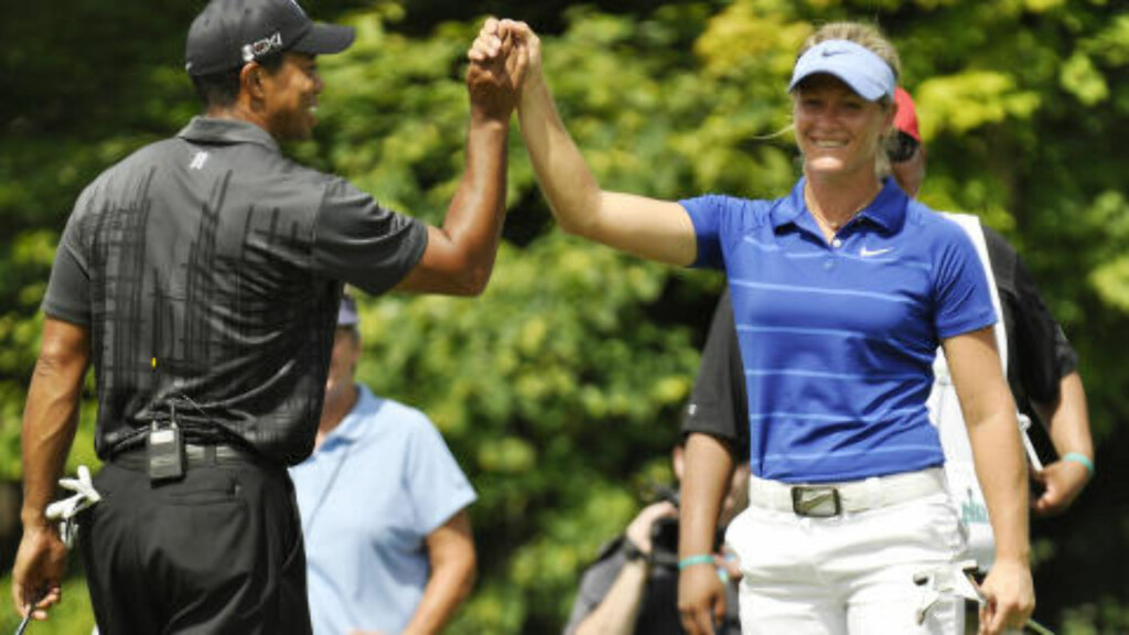 VENNER: Tiger Woods og Suzann Pettersen under en turnering i 2011. Foto: AP Photo/Kevin Rivoli