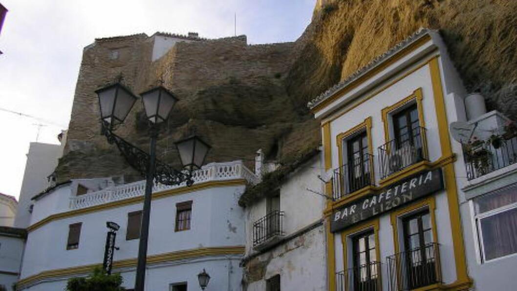 <strong>SOLID:</strong>  Husene er delvis bygd i fjellet. Mange leies ut til turister. Foto: WIKIMEDIA /COMMONS