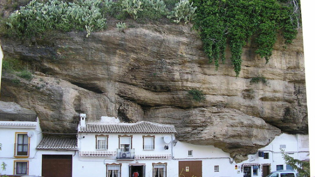<strong>SPESIELL:</strong> Setenil de las Bodegas regnes som en av verdens mest spesielle landsbyer. Du finner den en times kjøring fra Solkysten. Foto: WIKIMEDIA/COMMONS