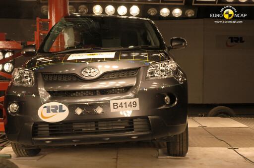 Euro NCAPs stolpetest, som    skulle vise seg å skape store problemer for Toyota. Foto: Euro NCAP