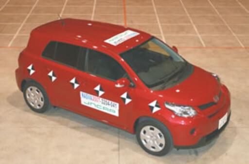 En Toyota ist før testing hos det japanske kollisjonstest-instituttet NASVA Foto: NASVA