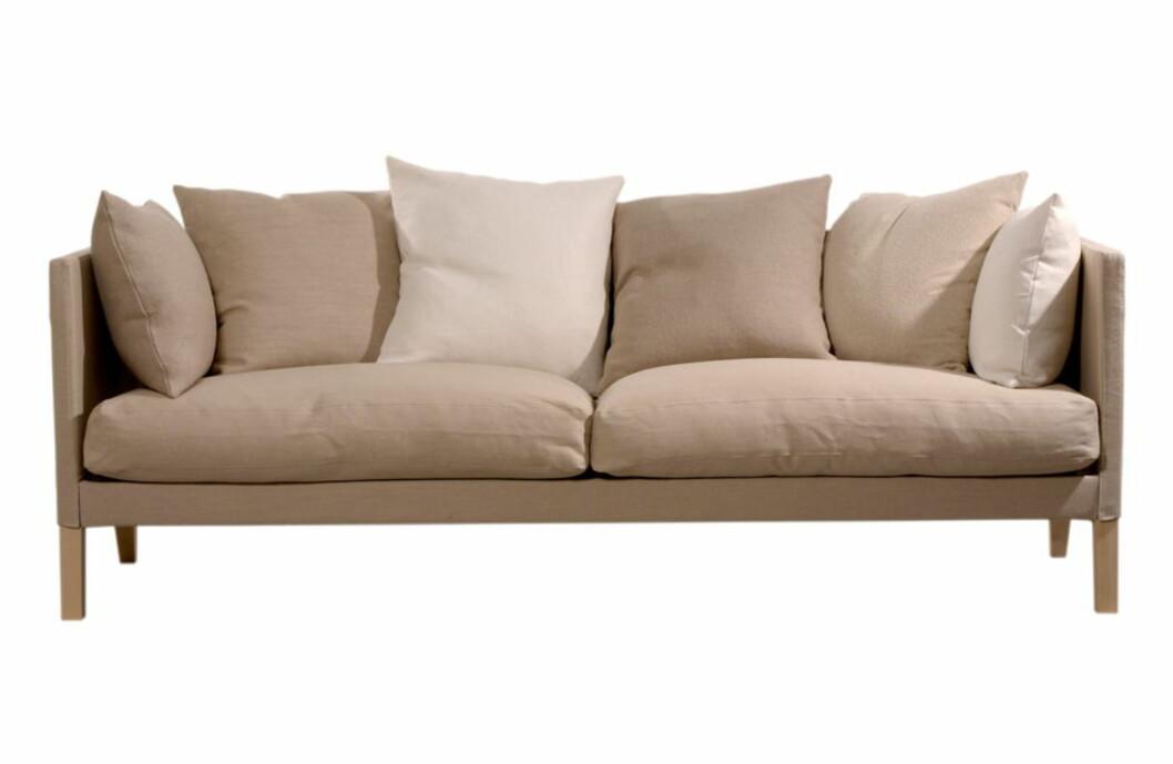 Sofaen pledd med puter i økologisk lin. Foto: Norrgavel