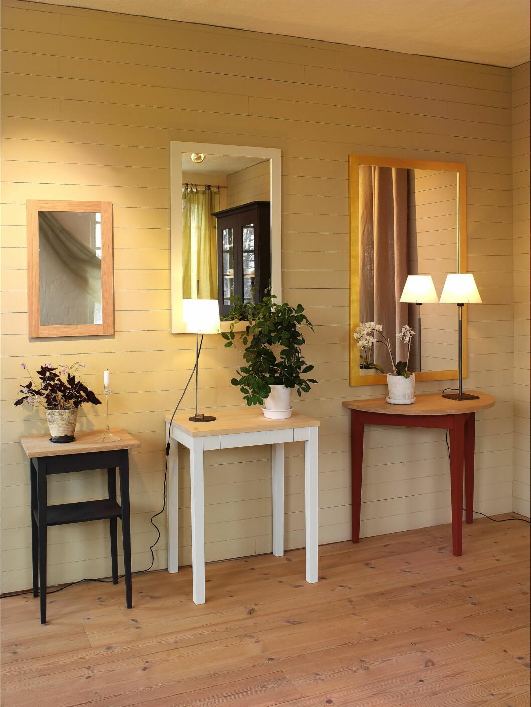 <strong>Små entremøbler på rekke og rad (fra venstre):</strong> Bord bas, bord med skuff, og bord halvsirkel, samt speil med forskjellig finish på rammen.  Foto: Norrgavel