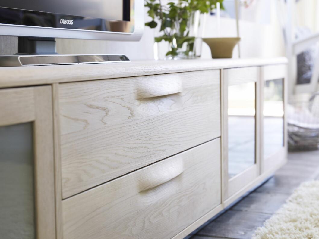 Du får også en rekke smarte oppbevaringsmøbler. Her lav oppbevaring for TV og hjemmekinoutstyr. Legg merke til den fine detaljen med innfelt håndtak på skuff.  Foto: Norrgavel