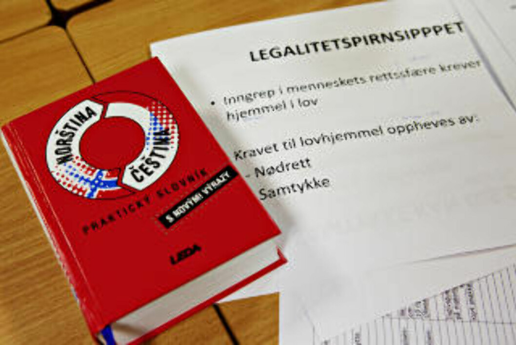 <strong>ORDBOK:</strong> Tsjekkisk-norsk-ordbok og helserettnotater.  Foto: Nina Hansen / Dagbladet