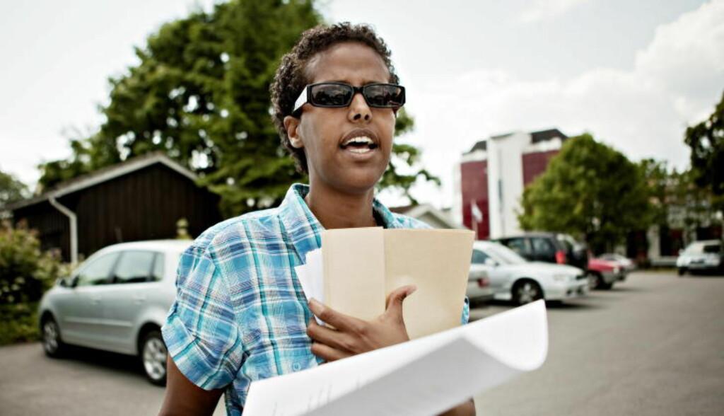 ANMELDELSE:  Her leverer den norsksomaliske forfatteren Amal Aden inn anmeldelse på politistasjonen i Hønefoss etter at hun angivelig ble angrepet tidligere i år. Foto: Nina Hansen, Dagbladet.