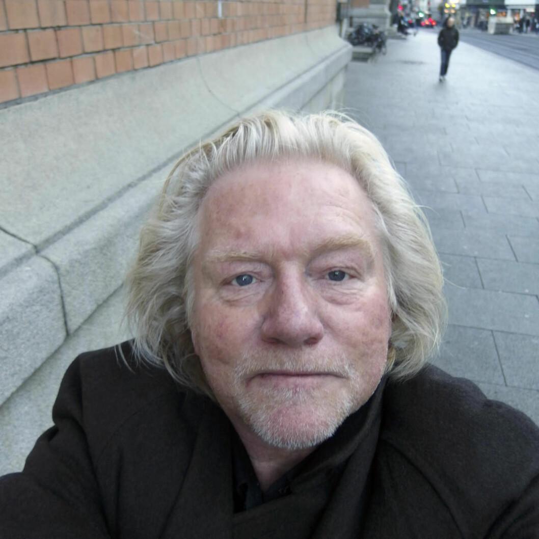 <strong>SELFIE:</strong> Morten Krogvold tok utfordringen om å fotografere seg selv med strak arm på strak arm. Etter en kort kompaktkamerainstruksjon, brukte han bare noen minutter på å presentere disse bildene, tatt på gata i Oslo. Resultatet er justert med auto tone, auto kontrast og auto farge i Photoshop. FOTO: MORTEN KROGVOLD