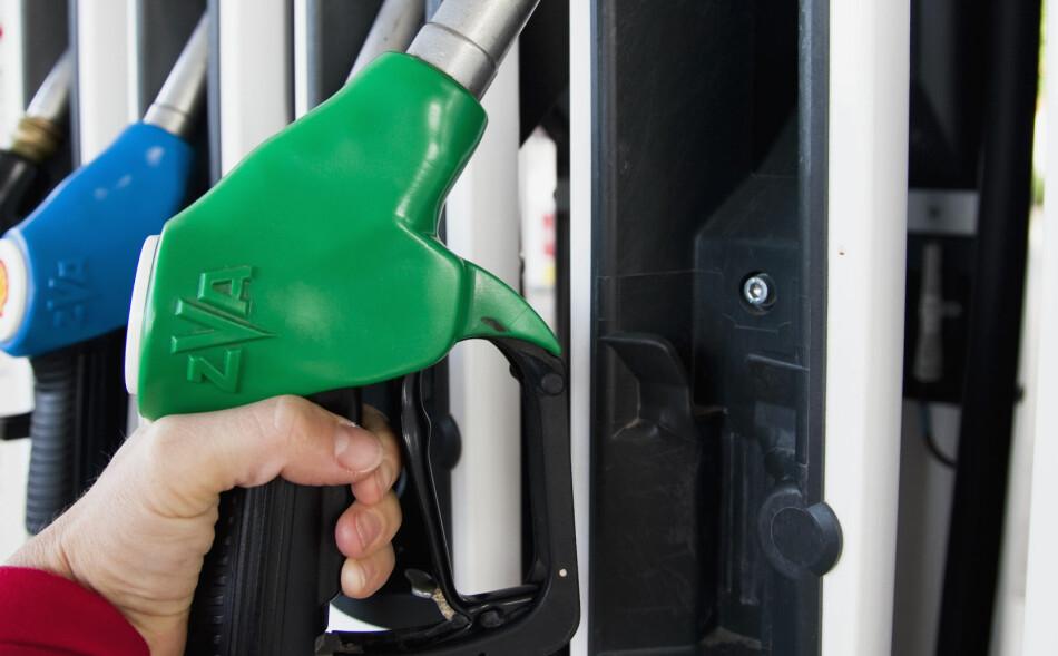 60 PROSENT: Med en bensinpris på 14,50 kroner per liter, utgjør avgiftene i overkant av 60 prosent av litersprisen. Foto: Scanpix