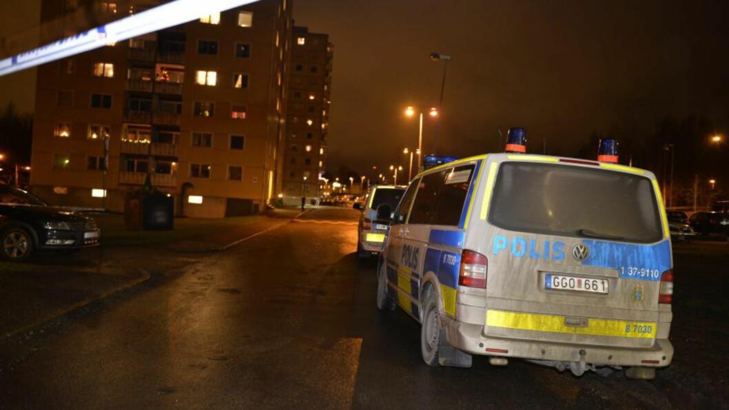 <strong>ETTERFORSKES SOM DRAP:</strong> Tre personer er skutt i Södertälje utenfor Stockholm. Politiet opplyser at alle tre er døde. Foto: ROGER VIKSTRÖM / TT / NTB scanpix