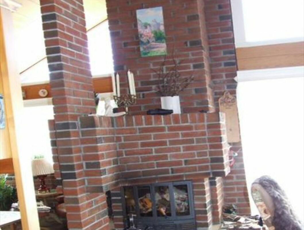 Teglsteinen er også trukket inn i hytten, i peismuren, noe som gir en fin effekt. Foto: Håndverksmur
