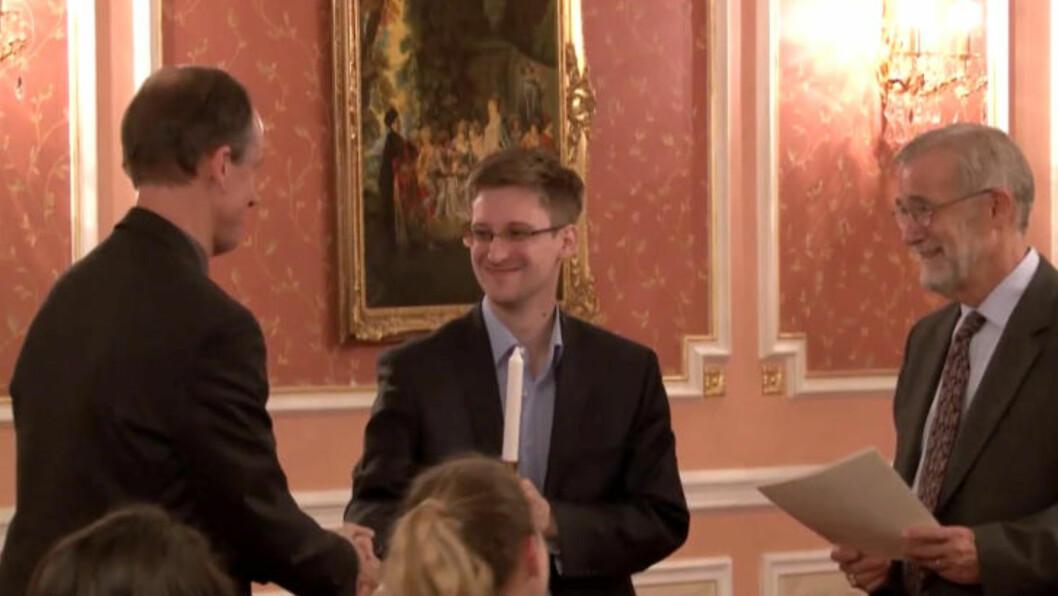 MØTTE SNOWDEN: Thomas Drake (t.v.) og andre amerikanske varslere møtte Edward Snowden i Moskva i oktober i år. Snowden har uttalt at Drake inspirerte ham i forkant av beslutningen om å flykte fra USA med store mengder hemmeligstemplede NSA-dokumenter. Foto: AP / NTB SCANPIX