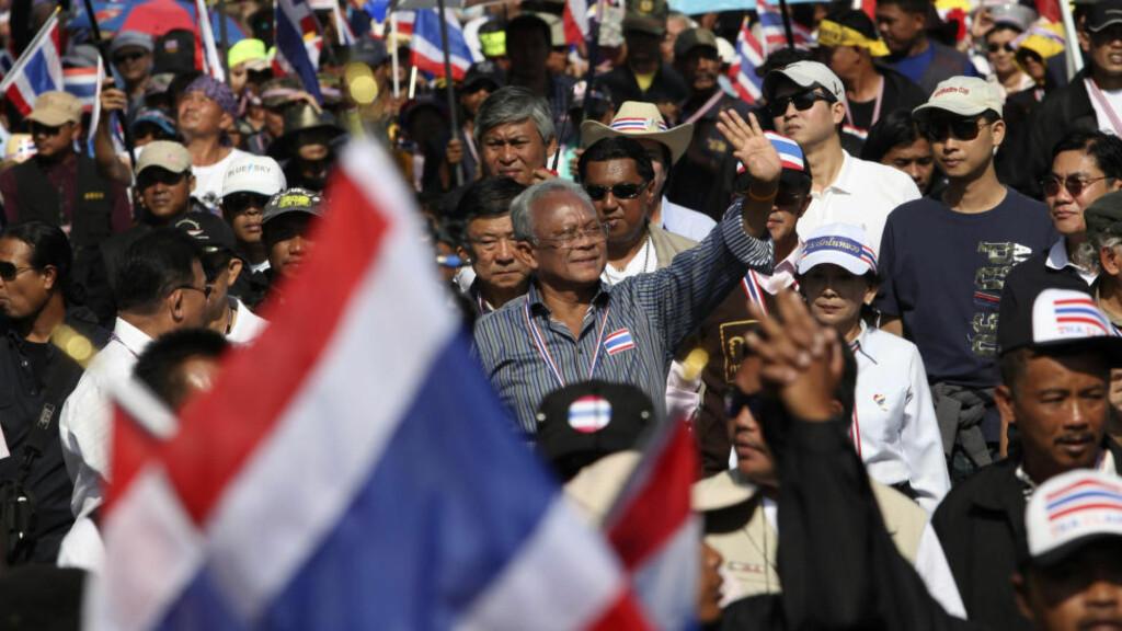 UROKRÅKE: Suthep Thaugsuban, i midten av bildet, leder demonstrantene mot statsminister Yingluck Shinawatra. Nå demonstrerer de også mot USA og andre land som støtter statsministeren og nyvalget i februar. Men Suthep har brakt ulykke over det største opposisjonspartiet, som var hans eget. Foto: REUTERS / Scanpix / Kerek Wongsa