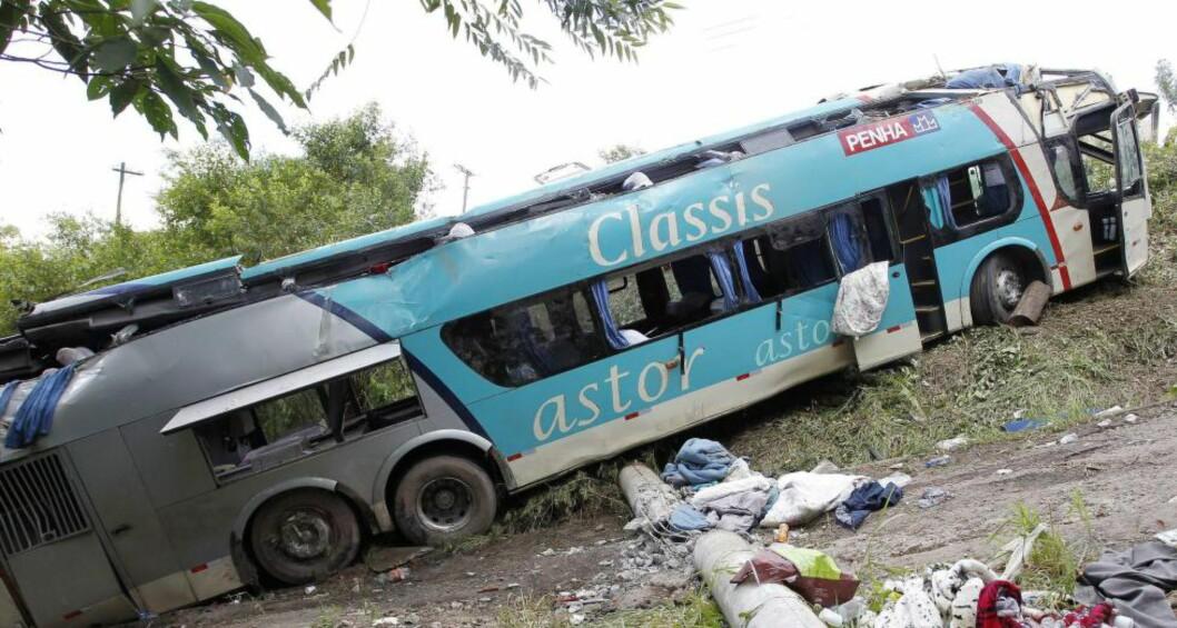 <strong>ULYKKE:</strong>  En buss med 52 passasjerer om bord havnet utfor en skrent i Sao Paulo i Brasil. Foto: EPA/MICHEL FILHO / AGENCIA O GLOBO