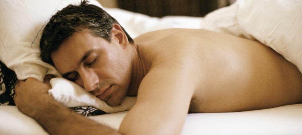 Et kjerringråd: Hvis sengepartnerenn setter i gang med å snorke kan du som hører på smatte høyt slik at det nesten blir ekko i rommet. Det skal få slutt på snorkingen.  Foto: Colourbox
