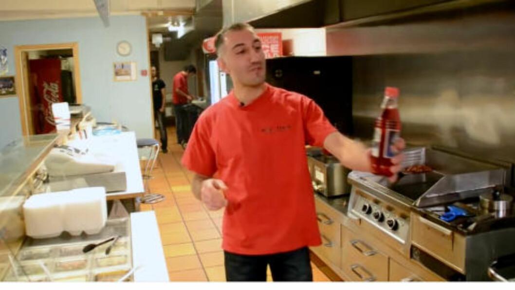 Haci Ömer Ölcer deler ut julebrus til kunden som finner mandelen i kebaben i reklamevideoen som til kundenes skuffelse viste seg å være fiktiv.
