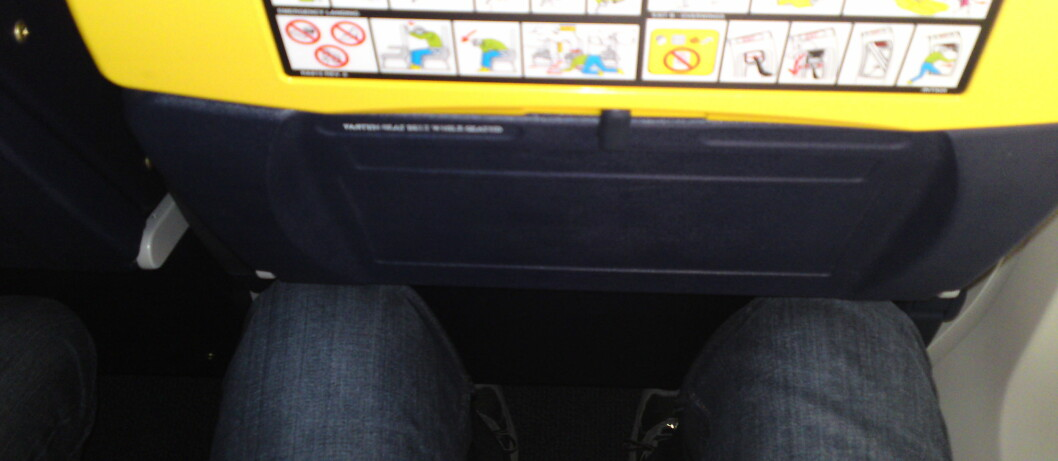 Knærne fikk kjenne det da en mann på nesten to meter festet setebeltet i et normalt ryanairsete. Foto: Stian Gihle