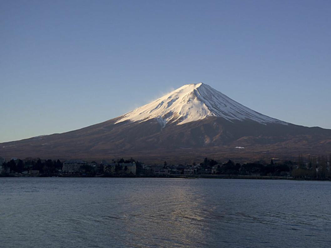 <b>Det perfekte fjell</b> Et sjangerriktig fotografi av Fuji skal ha innsjøen Kawaguchi i forgrunnen. Legg merke til at sjøen er vindstille, mens det er snøfokk på toppen. Foto: Wikipedia