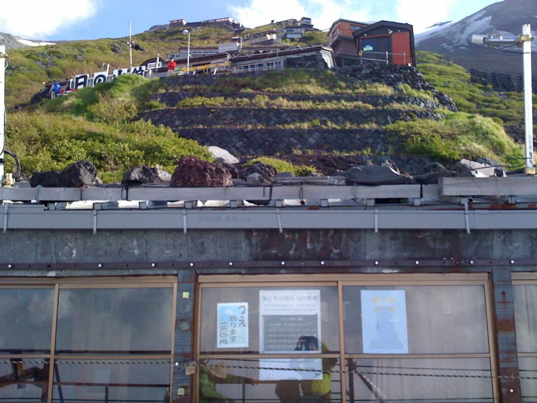 <strong><b>Nesten en by:</strong> </b>Dette er komplekset av kaféer, førstehjelpsstasjoner etc. som heter stasjon 8. Toppen opp mot høyre.